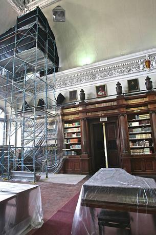 Cede il soffitto della biblioteca Mai