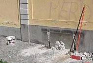 Il muro dal quale è stata rimossa la panchina