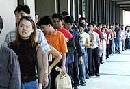Immigrati in fila per i permessi di soggiorno