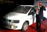 Marco Loglio con la sua auto elettrica