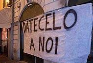 Uno striscione affisso sotto casa dell'accusato di violenza sessuale
