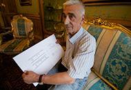 Angelo Bonomelli mostra il progetto della camera ardente a domicilio