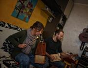 La coppia suona gli strumenti appena creati