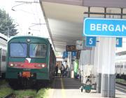 Un treno in partenza dalla stazione di Bergamo