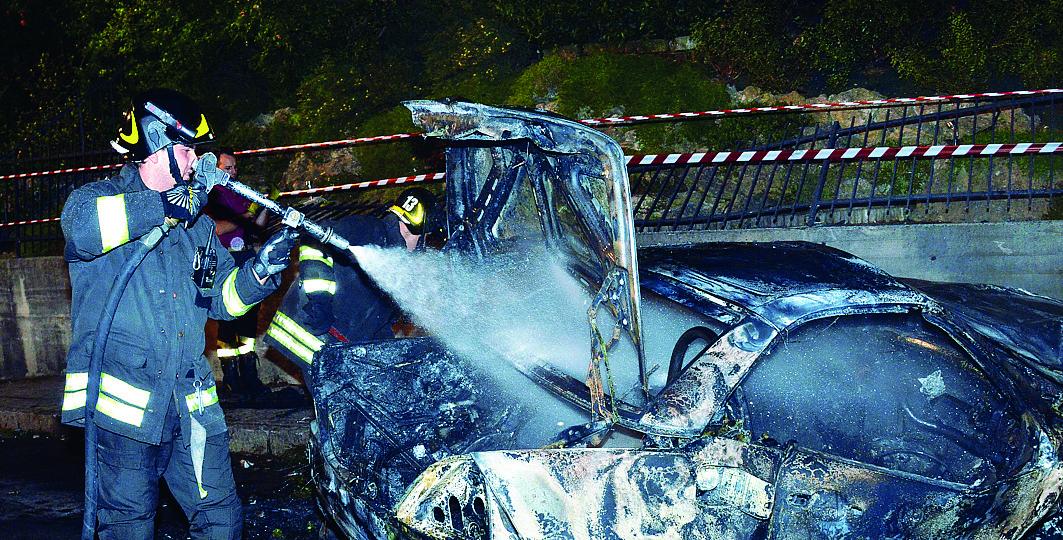 L'auto distrutta dal rogo