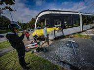 Auto non rispetta il semaforo rosso Torre Boldone, deraglia il tram