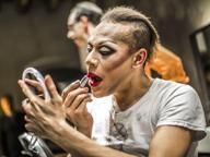 Trucco e parrucco, al Donizetti vanno in scena i ballerini del Trockadero