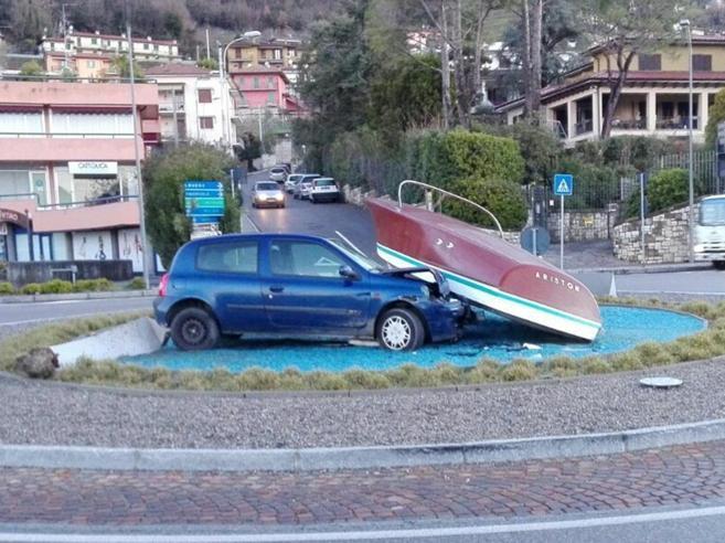 Incidente alla rotonda: auto tampona motoscafo Foto