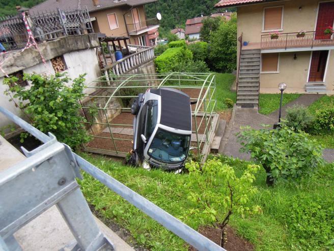 Quel curvone maledetto trenta auto nel giardino di casa for Corriere casa